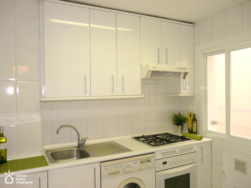 Cambiando los tiradores y pintando la franja frutal, conseguimos que la cocina ahora se visualice como un lugar neutro y más moderno.