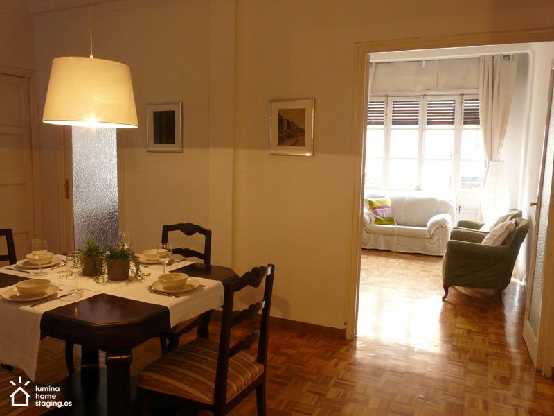 Una lámpara más moderna y una decoración sutil dan calidez al comedor