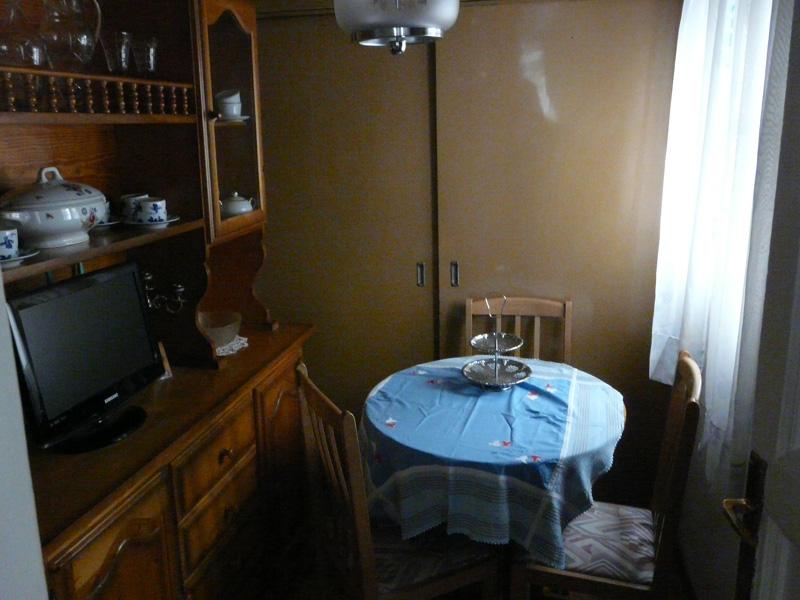 Este cuarto era oscuro y sobrecargado