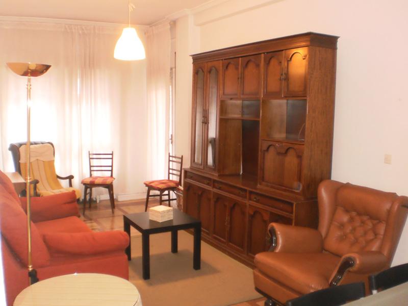 Muebles anticuados hacen que el salón parece pequeño