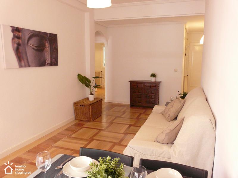 El salón parece mucho más moderno con una distribución diáfana, sustituyendo los viejos muebles de colores oscuros