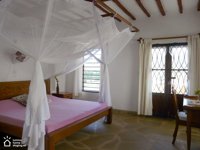 La amplitud y frescura del dormitorio están bien reflejadas