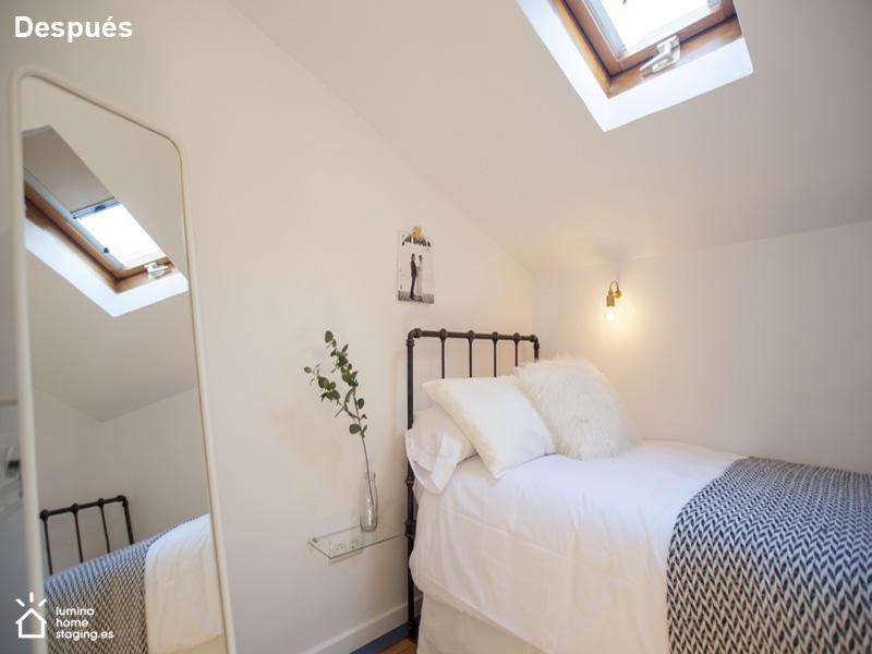 Dormitorio pequeño después. La buena disposición de los elementos da atractivo y gusto.