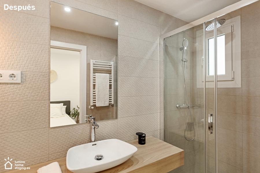 Baño principal después. Con detalles y buen encuadre, muestras un baño y su dormitorio
